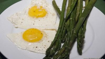 Asparagi con uova al tegamino