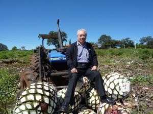 Cirilo Oropeza  in un campo d'agave