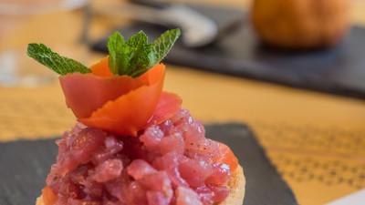 Frisella con tartare di tonno, pomodoro e pesto di menta
